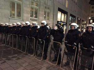 18:17 Polizei vor Prada #nowkr