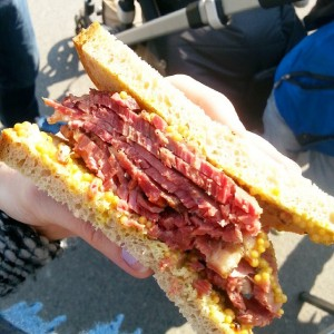 Mhmmm, endlich Frühstück :) #gutdassichvorhernixgegessenhab #yppenplatz #dawosichsamstagsdiebobostreffen #jawirehauch #pastrami #sandwich #pastramisandwich #reisingers #breakfast #frühstück Yppenplatz