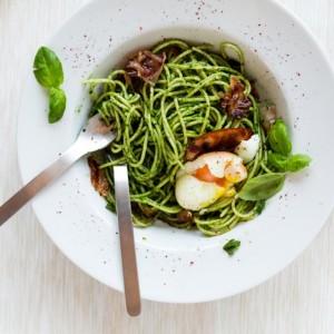 Spinat-Pasta mit weichem Ei und gebratenen Speckstreifen. Einen Versuch wert?