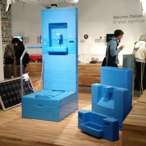 Um dos projetos que mais me chamou atenção na mostra Mak Design Labor. O Blue Diversion Toilet...