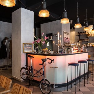 Unser schönes Café. #campagnolo #colnago #moulton #faema #masi #faggin #fahrrad #bicycle #lookmumnohands #lola #vintagebikes #passalacqua #manaresi
