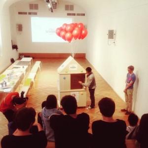 Van Bo le Mentzel erklärt das one square meter house (1sqm house) beim Kick-Off Workshop #openschoool #VIENNABIENNALE...
