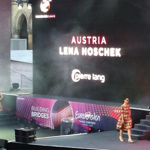 Labels aus 14 Nationen zeigen #Mode bei der #FFE Show am Rathausplatz. Österreich vertritt @lenahoschek ... #fashion...