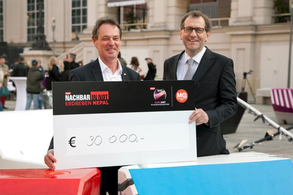 MQ Dir. Christian Strasser u Michael Opriesnig, Stv. Generalsekr. Rotes Kreuz Öster. mit 30.000 € für Nepal...