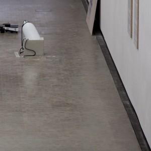 Beamer, Boje, Beton, Aluminium, Papierdruck auf Rohspannplatte #MityaChurikov #DavidJourdan #SoniaLeimer #RaloMayer #JohannesPorsch #JenniTischer #Destination Kunsthalle Wien