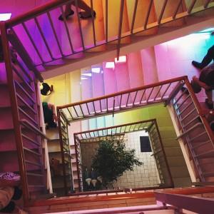 Schaut ein bisschen aus wie eine Stiegenhaus-Disko. Sind aber nur bunte Glaselemente in den Fenstern. 👍🏼 Magdas