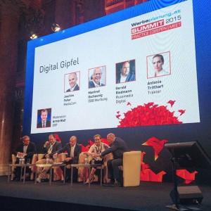 Moderator @ArminWolf stellt die Teilnehmer des #Digital Gipfels auf dem @werbeplanung.at SUMMIT #wpsummit15 vor #Conference #Konferenz #Kongress...