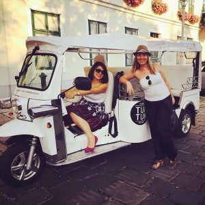 Girls are out in town @grinzing #drivenow #withlove #Welovetuktuk #tuktuk #tourism #vienna #tours #grinzing #heuriger#heurigentour
