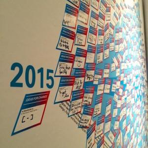 来場者がシールにメッセージを書き込み、作品は日々成長していきます。 MAK - Austrian Museum of Applied Arts / Contemporary Art
