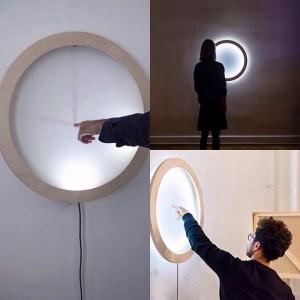 Novidade da Semana de Design de Viena! Uma luminária circular que ao toque vira um relógio de...