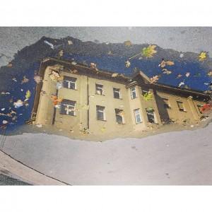 Spiegel #kurzSpazierenGehen #gehsteig #verkehrtesBild #igersvienna #igersaustria #discoveraustria #vienna #wien #herbst #autumn #beautiful #picoftheday #spiegel #spiegelung #mirror #fassade...
