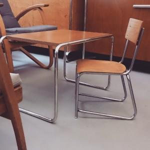 Stuhl von Slezak und Couchtisch aus den 1930er Jahren. #design #retro #vintage #leder #altesportgeräte #alteturngeräte #originale #ledermatte...