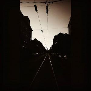 • flüchten • märzstrasse #bw #vanishingpoint #bwvienna #middleofthestreet #street #tracks #märzstrasse #rudolfsheimfünfhaus #rudolfscrime #rh5h #wien15 #1150 #wien...