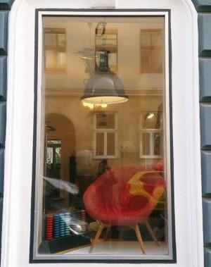 Neue Auslage mit Sessel von Miroslav Navratil und Abakus #design #retro #vintage #leder #altesportgeräte #alteturngeräte #originale #ledermatte...