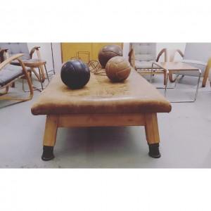 Restaurierter Turntisch 1mx2m nicht nur zum Sitzen #design #retro #vintage #leder #altesportgeräte #alteturngeräte #originale #ledermatte #tschechischeswohndesign #wohnen...