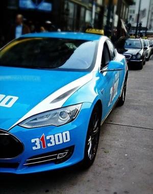#Tesla#teslamotors#Wien#Vienna#Austria#America#USA#Blue#edrive#electro#supercar#carporn#carlife Wiener Staatsoper