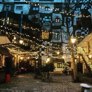 Lichterstimmung im Kunsthaus Wien! Getting ready for a cosy artweekend. #creatingcommongoodkunsthauswien #kunsthauswien #christmaslights #christmasinvienna #holidayseason#weihnachtsstimmung #weekendfeeling #kunstamwochenende...