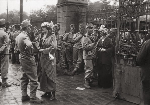 #Soldiers wait at a #Vienna railway station, before being transported to the #battlefields of #WorldWarI 1915 #wien
