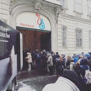 Schlangestehen im Schnee bei #KrusteumdKrume. Markterei