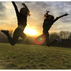 my girrrrrrl 😘 #sunset #selbstauslöserskills #vienna #girls #jumping Steinhofgründe