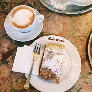 Der pure Genuss: ein Stück ofenwarmer Alpfelstrudel und eine Melange! #mariahilf #mariahilf_1060 #1060 #sonntagsglück #wien #vienna #food...