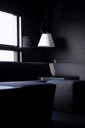 Unsere #BlackSuite fasziniert im düsteren Ambiente! Trauen Sie sich in diese Suite?