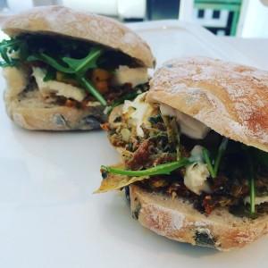 Veggie sandwich mit#ziegenkäse#pöhlkutschkermarkt#12getroknetetomaten#artischocken #apfelchutney#12munchies #vegetarian #vegetarisch