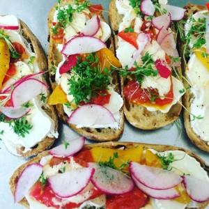 Veggy Sandwich mit #ziegenkäse #radischen #frischkäse #peperonata #tomatenweckerl #felzl