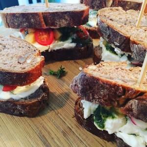 Nussbrot mit schafskäse, pesto,Apfel chutney und cherry tomaten#sandwich #vegetarian #vegetarisch #applechutney #homemade#nutbread#feta#12munchies