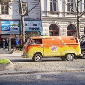 #fanta #cocacola #vwbus #vw #volkswagen #carlife #carspotting #carlifestyle #supercar #sportcar #streetcar #vienna #austria #dasiswien #wien #wienstagram Nestroyplatz