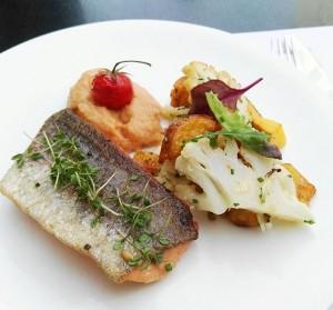 Von unserer Mittagskarte: Bio Lachsforellen Filet mit Sellerie, Karfiol, Kirschtomaten und Erdäpfel. 😊🍴👌😋 #josephmittag #josephbrot #mittagskarte #josephmittag...