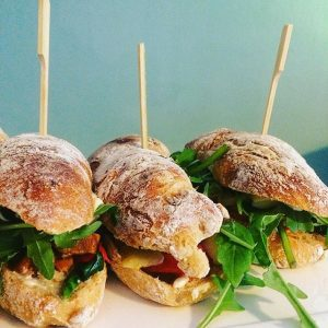 Tomatenweckerl mit #peperonata #eierschwammerln #spinat#brie#vegetarisch #vegetarian