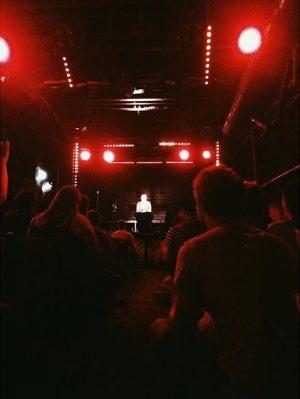 Ganz viel Liebe an Thees Uhlmann (schaut bissl so aus, als ob Jesus auf der Bühne wäre)...