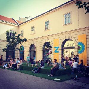 egyrészt van Kindermuseum Bécsben (hogyne lenne?!), másrészt menő ugráló van előtte ZOOM Kindermuseum Wien