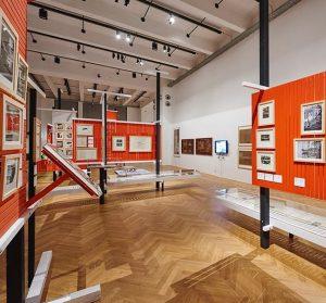 Ohne gänzlich von der Welt außerhalb der institutionellen Mauern getrennt zu sein, waren die Ausstellungen Modelle einer...