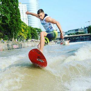 Surf and the city 🚤🏄💦☀️ mit uber und @ohana_vienna #summertime #wakesurf #danubesurfer #awss Donaukanal