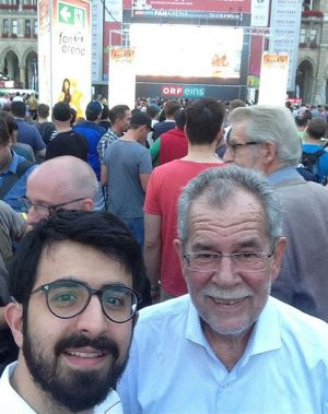 Heute 18:11 ⚽️ من و آقاي رئيس جمهور اتريش در حال تماشاي فوتبال Vienna, Austria