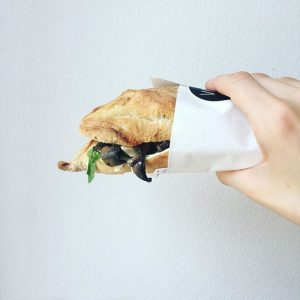 Sandwich der Woche: Frischkäse, Ruccola, Gurke, Champingons, Parmesan, Speck! Alles in den großartigen @graggercie Flûtes! ❤️ #guerillabakery...