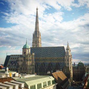 Novo quadro - #kelyvisita Adoro essa vista da igreja no centro de Viena. Costumo chamar de meu...