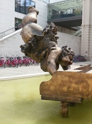 Music lifts me up 🎹🎶❤ #xuhongfei #chubbywomen #sculpture #piano #mqwien #museumsquartier #vienna #artinvienna #summerinvienna #viennamylove
