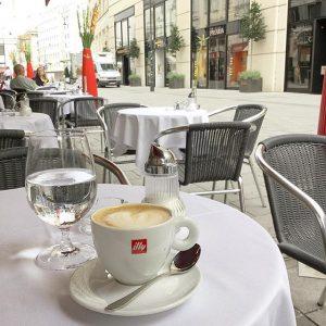 Na dann trinke ich halt noch einen Kaffee und schaue dem Treiben hier so zu 😉 #vienna...