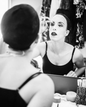 Spieglein, Spieglein…Vor der Probe verwandelt sich Johanna Arrouas in die quirlige Jessie Leyland, Sekretärin der Scott-Film-Corporation. Willkommen...