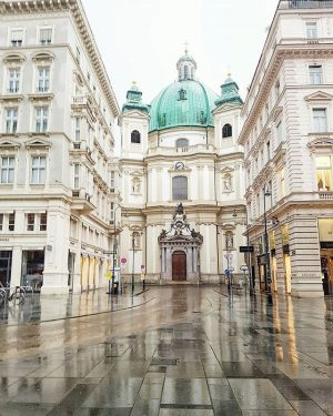 Wonderful Vienna streets 💛💚💛 Happy morning ☕ #theviennablog 🌧 #vienna #GalaxyS7edge #travel #RCMemories #welovevienna Peterskirche, Vienna