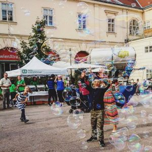 Bubbles are fun 😄 #playtime MQ – MuseumsQuartier Wien