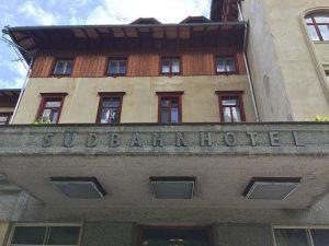 #südbahnhotel #semmering #entrance #facade #facadedesign #windows #flugdach #austria #loweraustria #niederösterreich #wieneralpen #ilovesemmering #generous #realestate #investment #health #medicine...