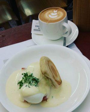 Endlich Wochenende! Im Herbst macht lang Schlafen & ausgiebig Frühstücken besonders viel Spaß #frühstück #eierbenedikt #melange #josephbrot...