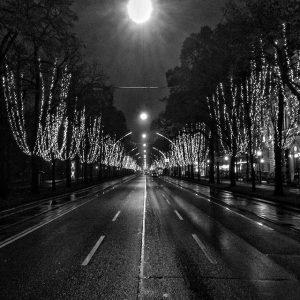 high light #wienerringstraße #wien #vienna #bw #blackandwhitephotography #blacknwhite_perfection #sw #schwarzweiss #niteshot #nightphotography #xmas #xmasdecor #urbanlife #urbanlights #igers...