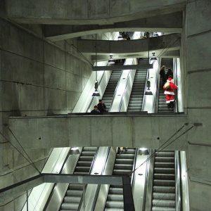 400.000 km - so viel legt eine Rolltreppe in ihrem Leben etwa zurück. Das entspricht zehn Erdumrundungen!...