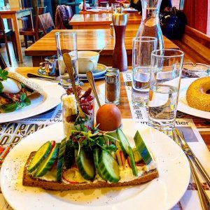 Last brunch in #2016 #vienna #foodporn #latebreakfastearlylunch #holiday #fruehstueck #museum #lastdayof2016 #mumok Halle ❘ Café.Restaurant