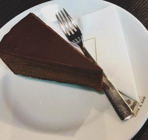 Sacher 💝 #torte #traditional #austrian #dessert #chocolate #dish #einzigartig #sachertorte #inwien #große #liebe #dievorkosterinneninwien Merkur Hoher Markt